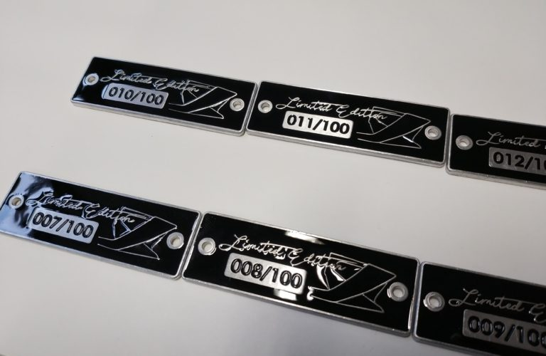 Targhetta in alluminio misura 72x25 mm,fondo smaltato e numeri seriali incisi e smaltati  Incisoria